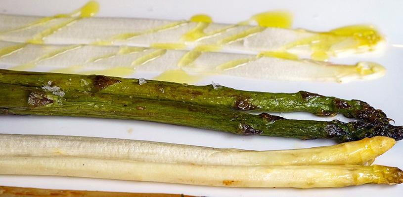 Láminas de espárrago blanco con vinagreta de triguero y su caldo