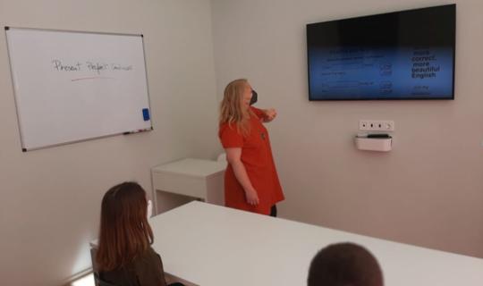 Angie ha creado una academia de inglés con clases online y presenciales