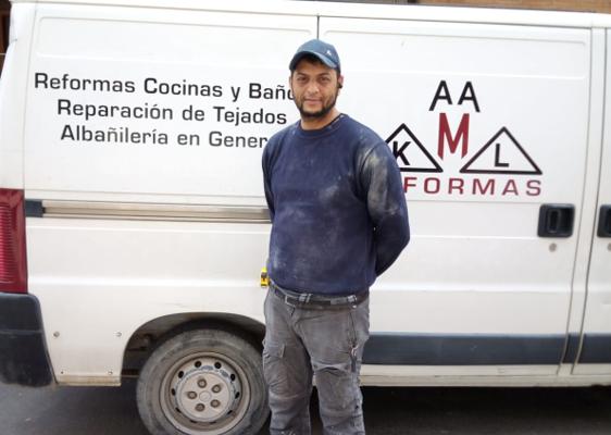 Kamal pone en marcha una empresa de albañilería