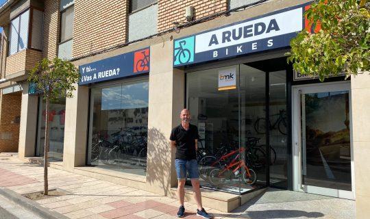 Isaac ha abierto un taller de reparación y venta de bicicletas en Ribaforada